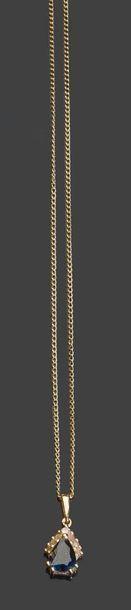 - Deux chaines en or jaune dont une retenant...