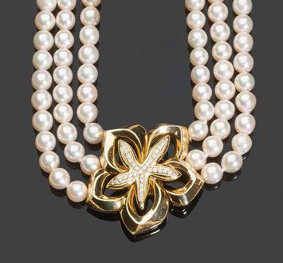 - Collier de trois rangs de perles de culture...