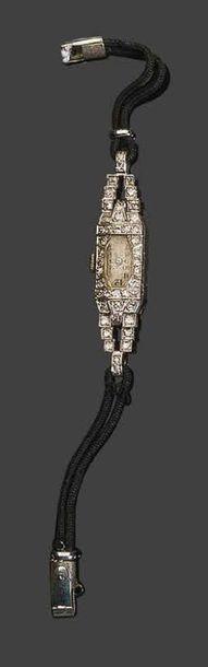 - Montre de dame en or blanc à décor géométrique, sertie de petits diamants de taille...