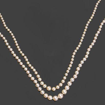 - Deux colliers de perles en chute. L. 49...