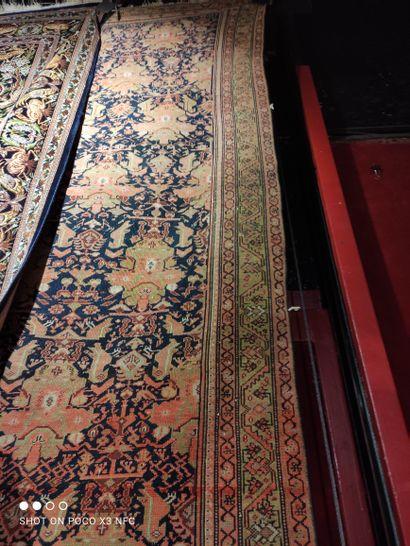 - Tapis en laine polychrome à décors de volatiles,...