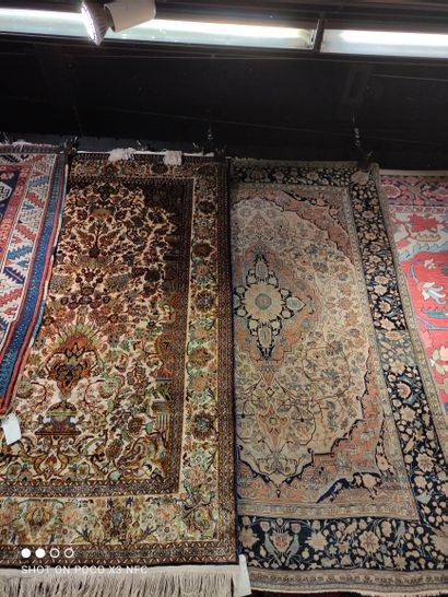 - Deux tapis en laine polychrome. Style oriental...