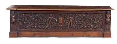 Coffre en bois mouluré, sculpté et patiné,...
