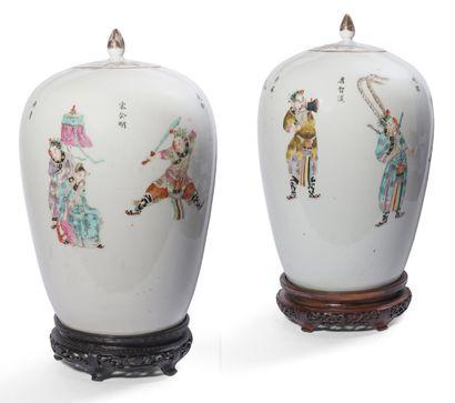 Paire de vases couverts en porcelaine et...