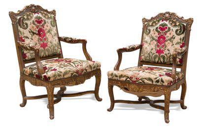 Paire de fauteuils en bois sculpté, doré...