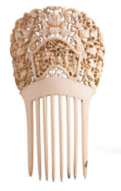 Elément de coiffe en ivoire, à décor finement...