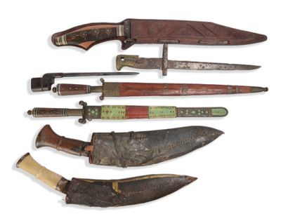*Ensemble de six couteaux, les fourreaux...