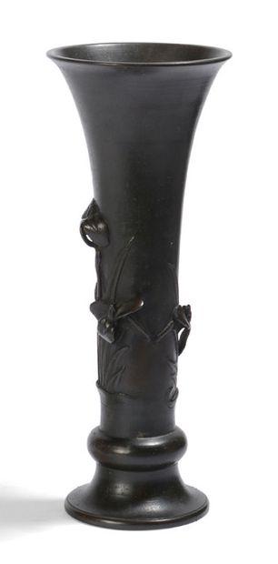 Vase en bronze de belle patine, à décor en...