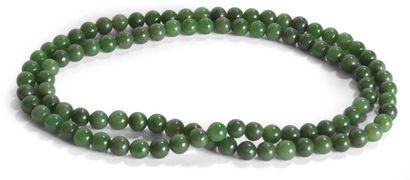 Collier de perles en jade vert épinard. Chine,...