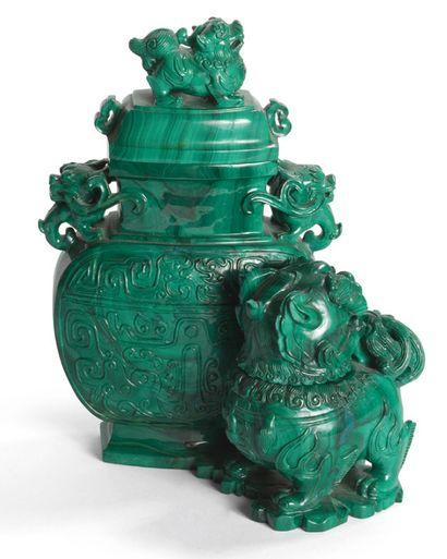 Groupe de deux vases couverts en malachite...