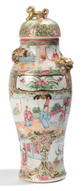 Vase en porcelaine de Canton, à décor en...