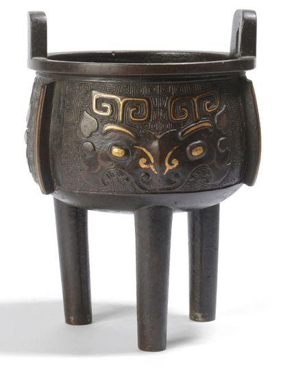 Brûle-parfum tripode en bronze, à décor rehaussé...