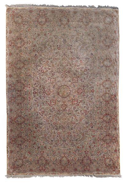 Tapis en laine polychrome à décor de fleurs,...