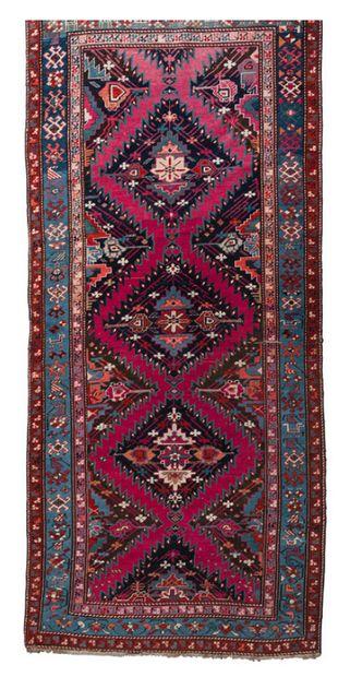 Galerie en laine polychrome à décor de motifs...
