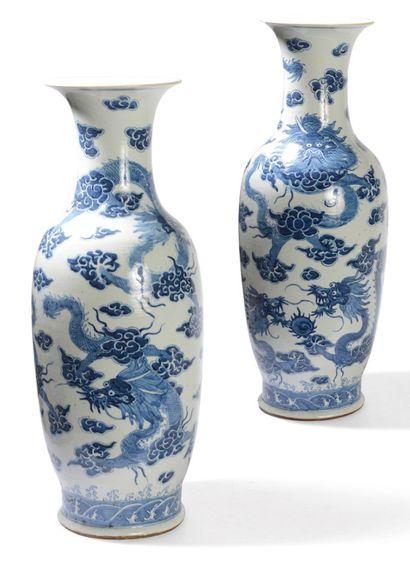 Paire de potiches en porcelaine bleu sur...