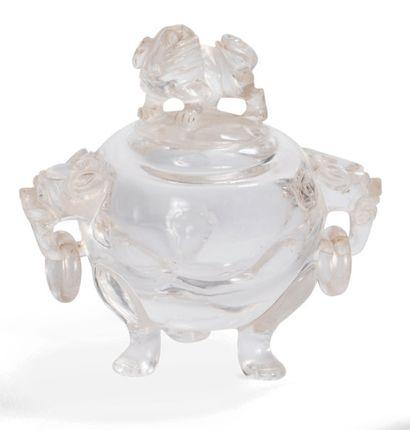 Vase tripode couvert en cristal de roche...