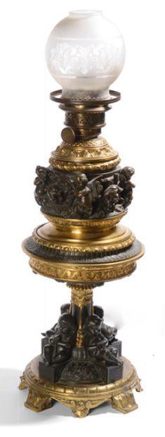 Pied de lampe à pétrole en bronze ciselé,...