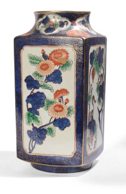 Vase en porcelaine, à décor de loirs et fleurs...