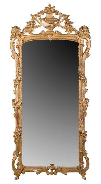 Grand miroir en bois laqué et doré à décor...