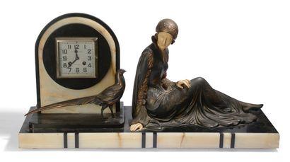 Pendule en métal chryséléphantin à décors...