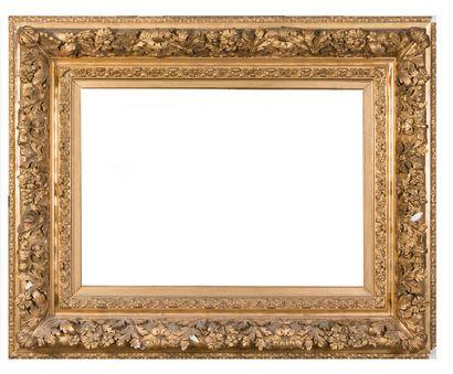 Important cadre en bois et stuc doré à riche...