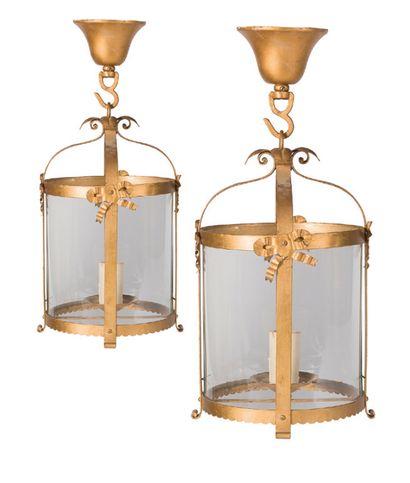 Paire de lanternes en métal doré à décor...