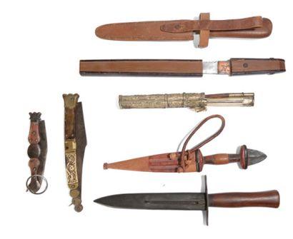 *Ensemble de sept couteaux dont un à décors...
