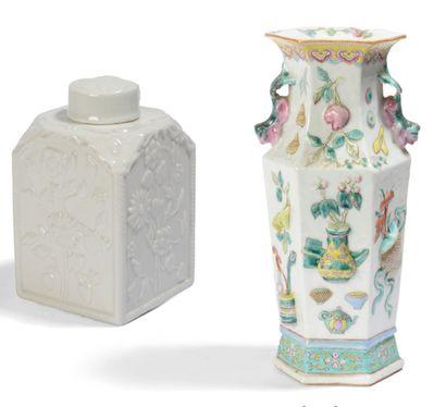 Ensemble comprenant un pot à thé en porcelaine...