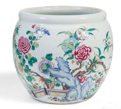 Cache pot en porcelaine émaillée polychrome...