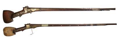 Deux fusils à long canon en bois et métal...