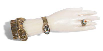 Cachet en métal doré gravé d'une armoirie, la prise en ivoire en forme de main et...