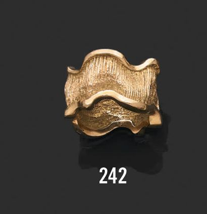 Bague ciselée en or jaune 18K(750) stylisée de vagues Poids brut: 15,83 gr - TDD:...