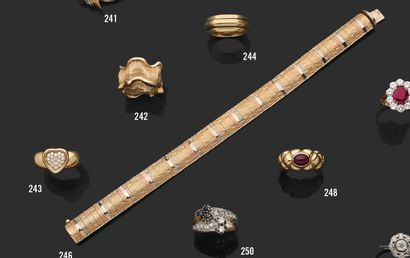 Bracelet jonc souple ciselé en or 18K (750) de trois couleurs. Long: 18,5 cm, poids...