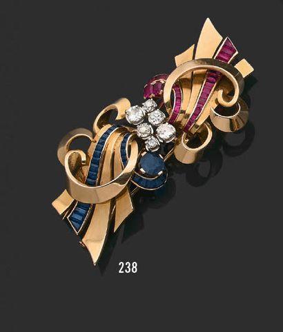 Broche en or jaune 18K (750) transformable en clip de corsage à décors de volutes,...