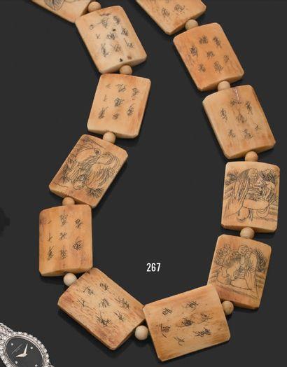 Collier composé de plaquettes d'os à décor...