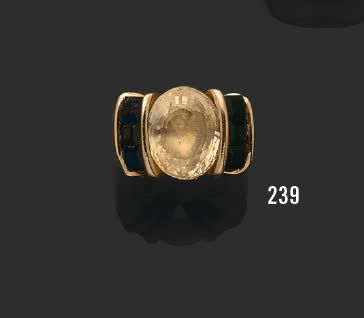 Bague chevalière en or jaune 18K (750), ornée...