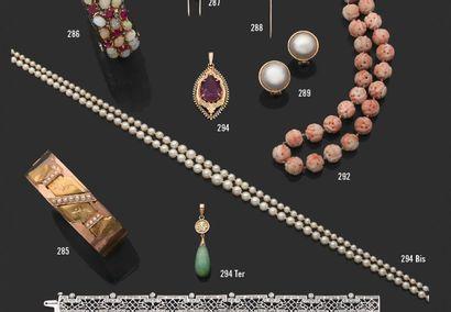 Collier formé de perles de culture en chute...