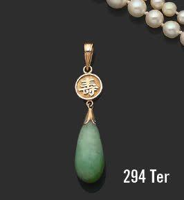 Pendentif orné d'une goutte de jade, la belière...
