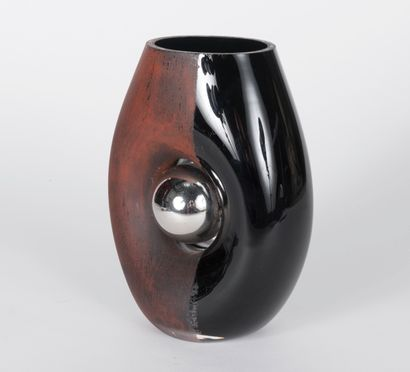 A. REICKE. Vase ovoïde, en verre teinté noir,...