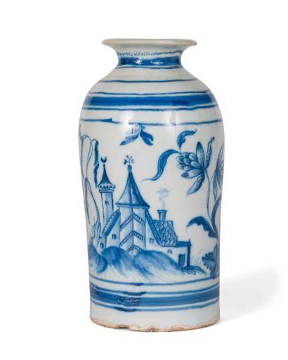 ALLEMAGNE. Vase en faïence à décor en camaïeu...