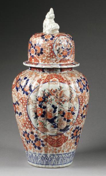POTICHE COUVERTE en porcelaine polychrome et doré sur fond blanc à décor IMARI....