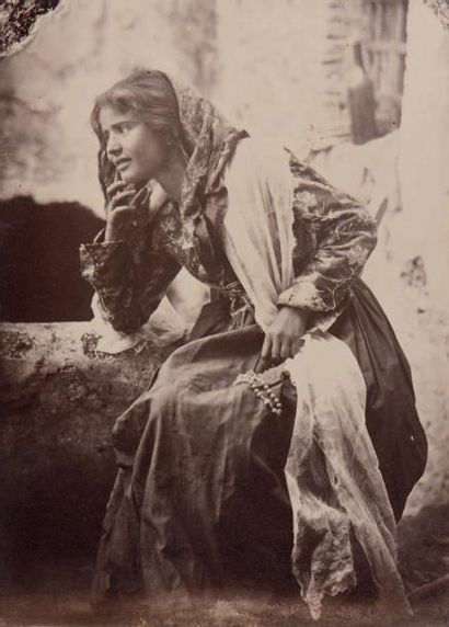 Giovanni Crupi (1859-1925) Portrait de femme sicilienne, vers 1890 Tirage albuminé...