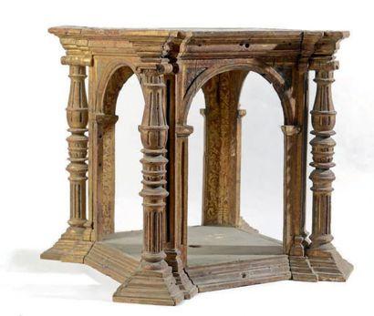 Architecture en bois sculpté, mouluré et...