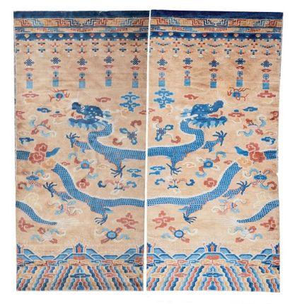 Deux grands panneaux en laine Finement décoré...