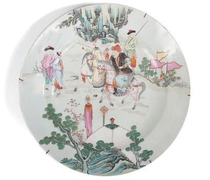Plat en porcelaine polychrome A décor de...