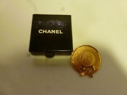 CHANEL Broche en métal doré en forme de chapeau...