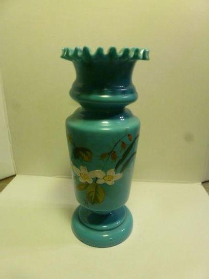 Vase sur piédouche en opaline bleue à décor...