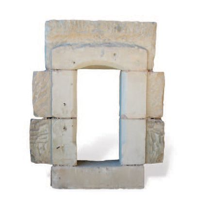 FENÊTRE À décors de pans coupés, plates-bandes et linteau incurvé. Matériaux: Calcaire....