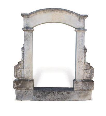 LUCARNE À LINTEAU BOMBÉ Des enroulements terminant les jambages. Matériaux: Calcaire....
