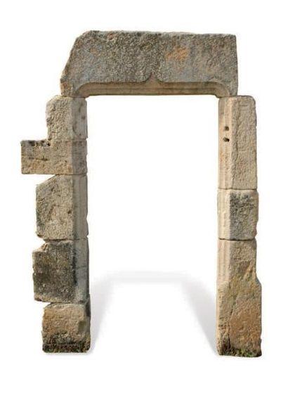PORTE GOTHIQUE À double gorge, le linteau en arbalète. Matériaux: Calcaire. XVème...